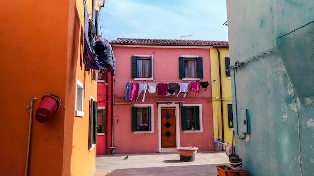 本格的な家とヴェネツィアの裏通りにぶら下がっているカラフルな洗濯