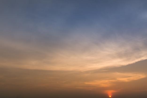 美しい空太陽が輝くとき
