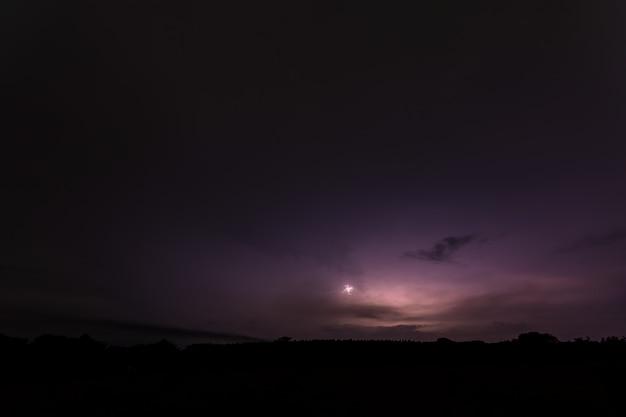 夜の空の背景と稲妻