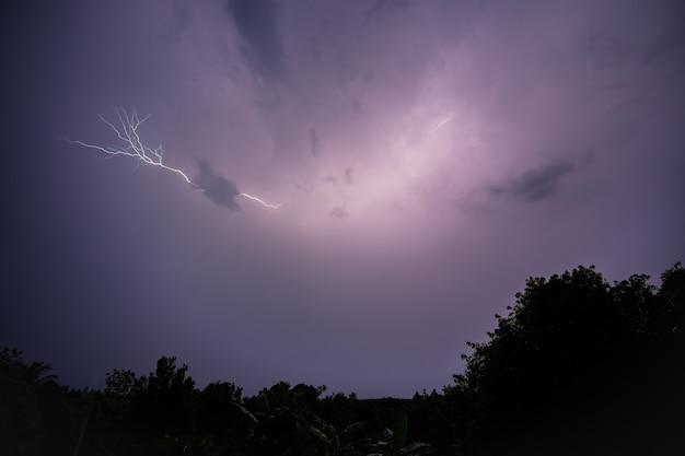 夜間の落雷