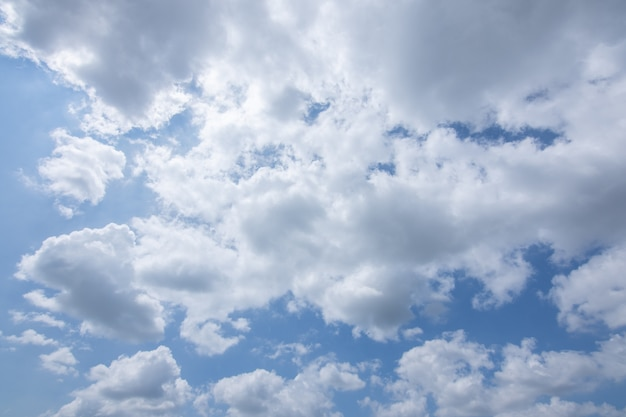 Солнце, голубое небо и облака.