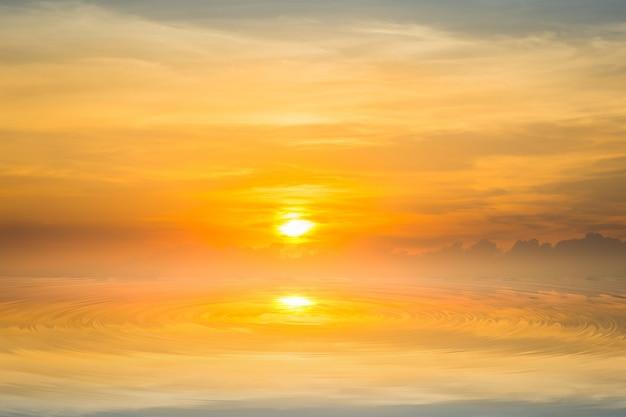太陽が海に降りる。