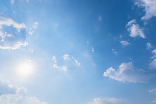 空の背景、雲と太陽の光