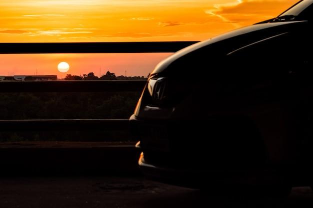Солнце светит с автомобилем.