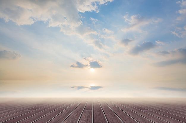 Деревянный пол и дневное небо