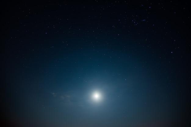 Небо и звезды, облака, свет луны ночью