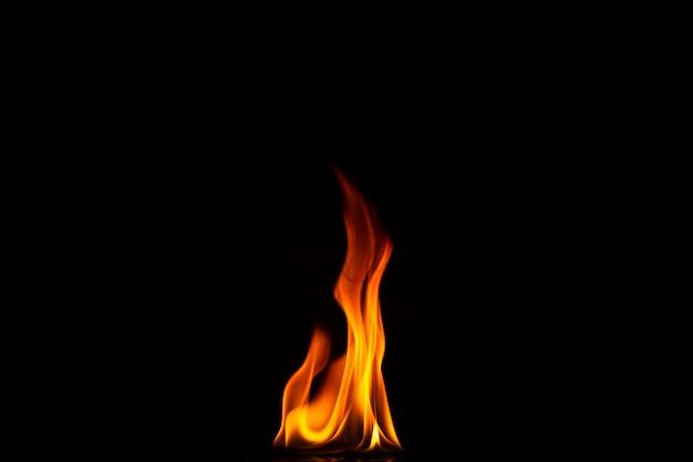 Крупным планом выстрел из черного фона пламени