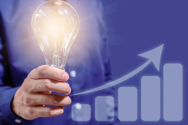 ビジネス人々は上昇するビジネスグラフを表示します