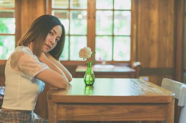 カフェでリラックスした女性の肖像画