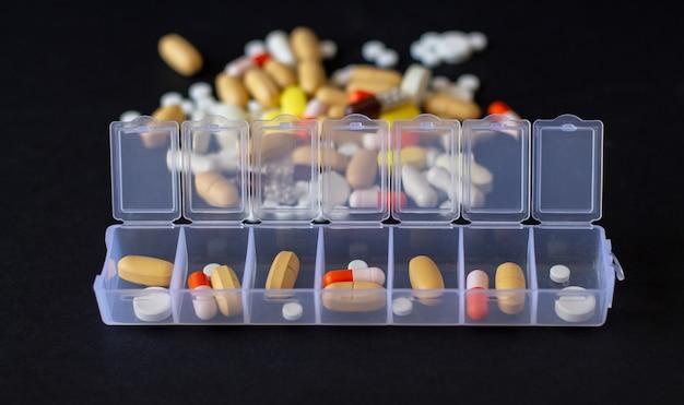 ピルボックスと色とりどりの異なる薬