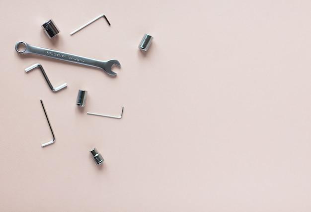 ソフトベージュテーブルのさまざまなツール