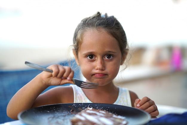 食べる少女の肖像画