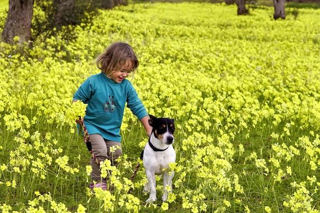 小さな女の子とジャックラッセル犬