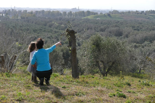 Маленькая девочка с мамой указывают куда-то далеко