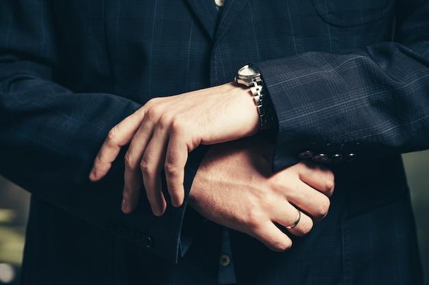 腕時計のクローズアップと実業家の手
