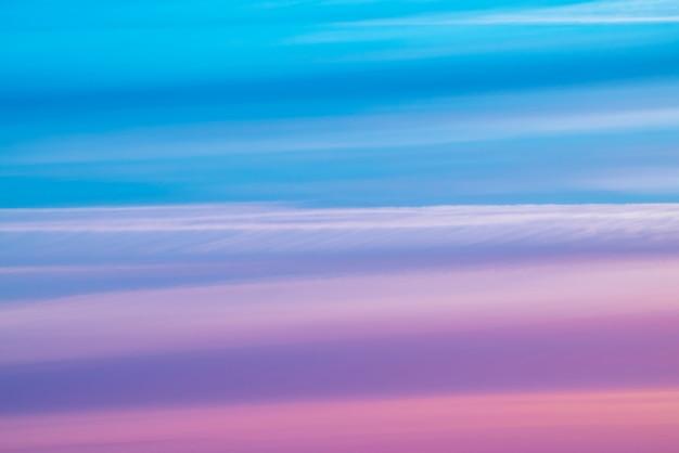 Разноцветное полосатое сюрреалистическое небо с фоном оттенков