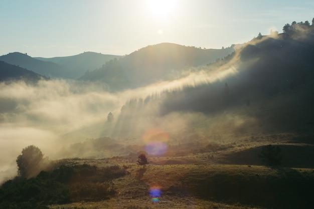 Пейзаж утренних туманных гор. волшебное место земли. алтай.