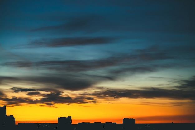 Городской пейзаж с прекрасным разноцветным ярким рассветом.