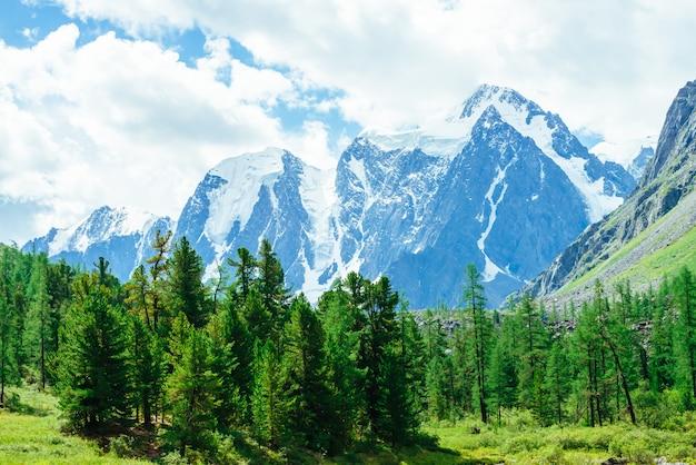 雪に覆われた巨大な山脈。雪と岩の尾根。