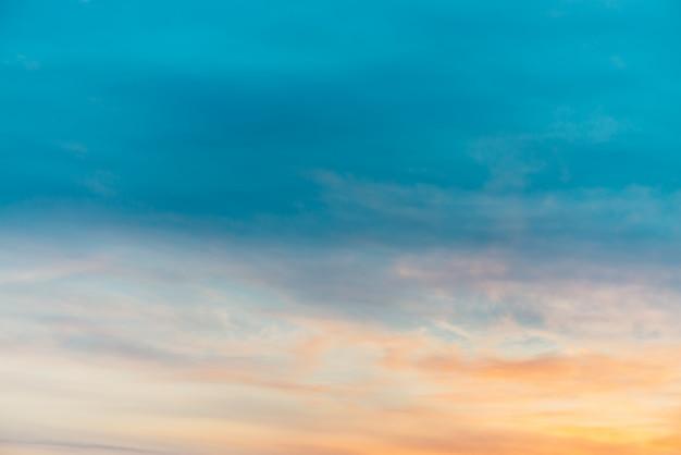 オレンジ色の黄色の光雲と夕焼け空。