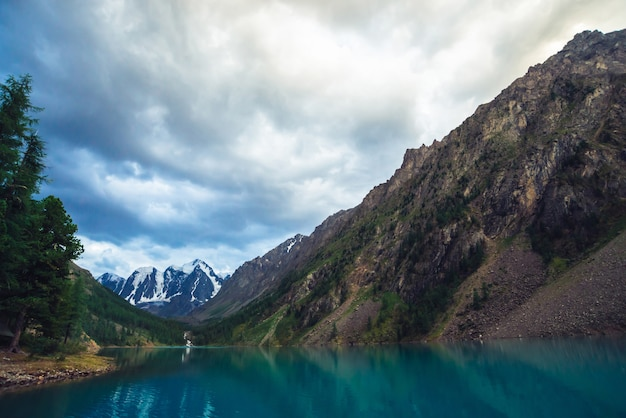 巨大な氷河を望む素晴らしい山の湖。