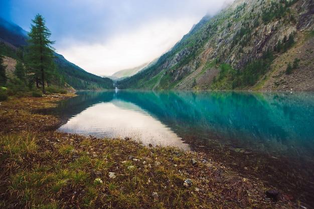 曇りの天気の素晴らしい山の湖。