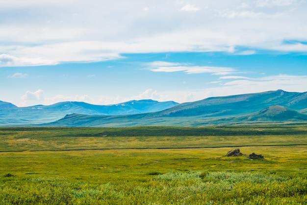 曇り空の下の壮大な景色の巨大な山々。どんよりした天気で巨大な山脈。素晴らしい野生の風景。雄大な自然の大気の高地の風景。風光明媚な山の風景。