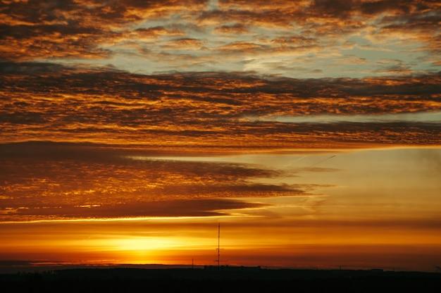 Небо на рассвете. силуэты структур.