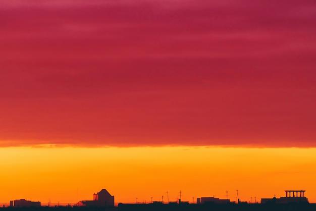 鮮やかなシュールな夜明けの街並み