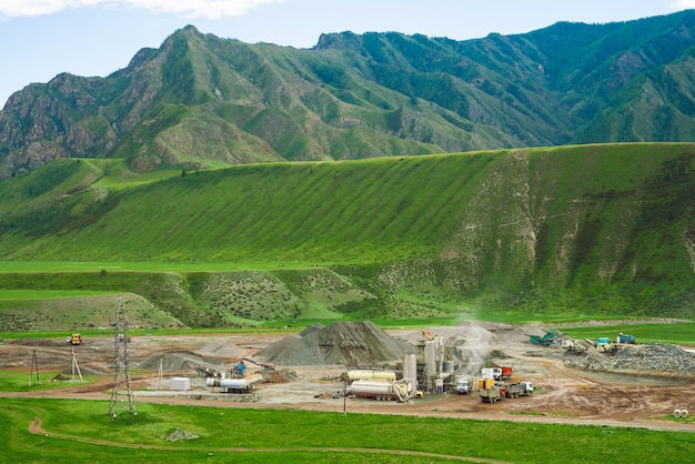 山での露天採掘と採石