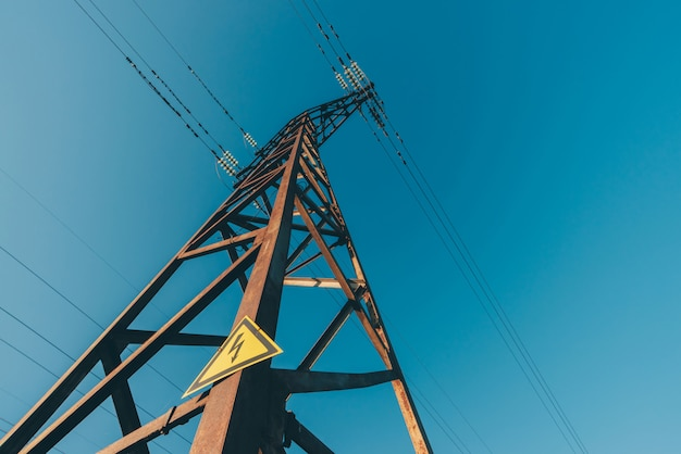青空のクローズアップの背景の電力線。