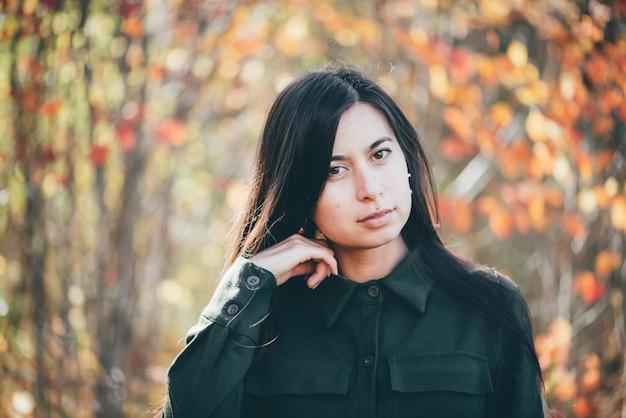 Женский портрет красоты окруженный яркой листвой.