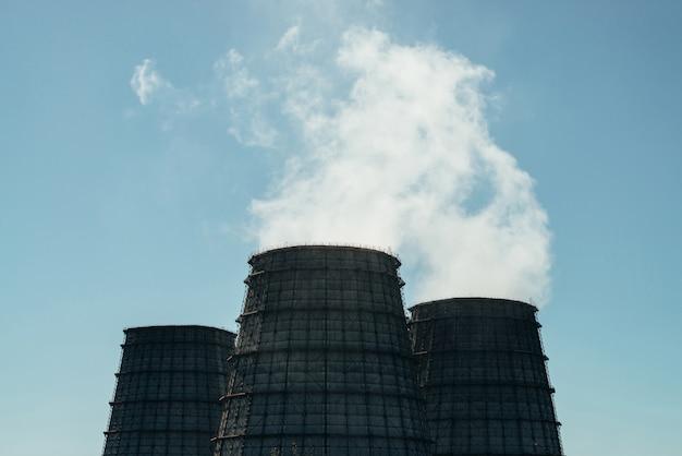Три большие башни тэц крупным планом.