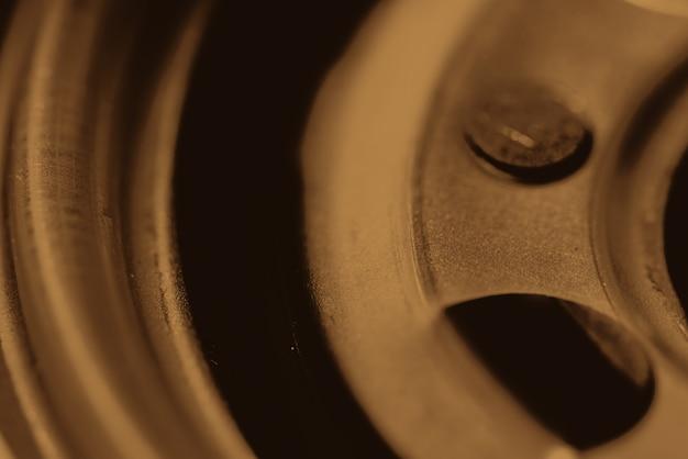 オイルフィルターのモノクロ背景画像をクローズアップ。セピア調のマクロ写真の自動車部品のアートワーク。