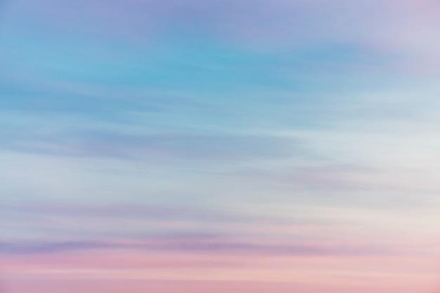 ピンクの紫の光雲と夕焼け空。