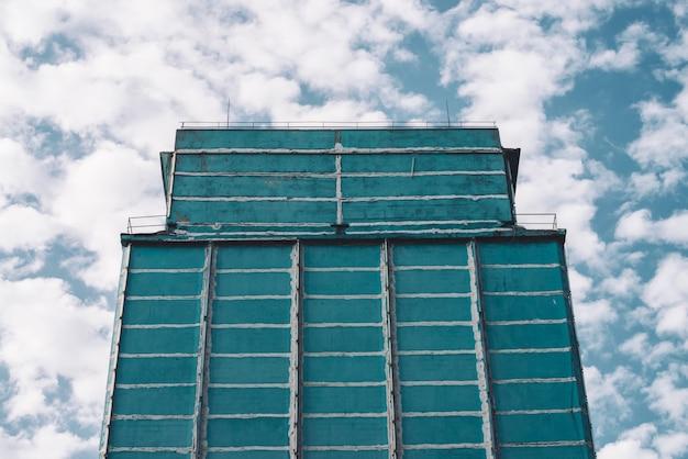 Фасад большого производственного многоэтажного здания.
