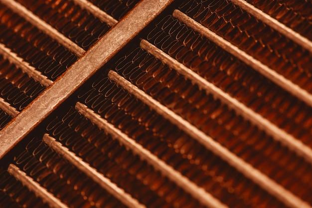 Текстура решетки старого ржавого радиатора с космосом экземпляра. фон автомобильного радиатора крупным планом. абстрактное произведение искусства с автозапчастью в макросе.