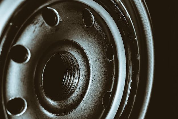 オイルフィルターのモノクロ画像をクローズアップ。自動車部品のアートマクロ撮影。