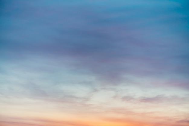 紫黄色の光雲と夕焼け空。カラフルな滑らかな青空のグラデーション。日の出の自然な背景。朝の素晴らしい天国。少し曇った夜の雰囲気。夜明けの素晴らしい天気。