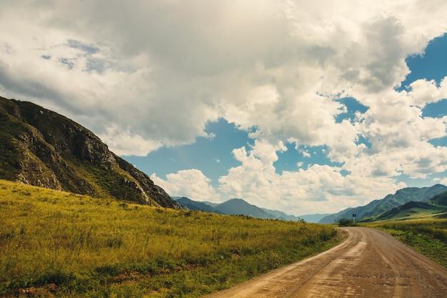山岳地帯の道。アルタイの自然の美しい風景。
