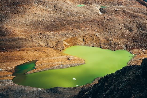 Красивое ледниковое озеро кислотно-зеленого цвета