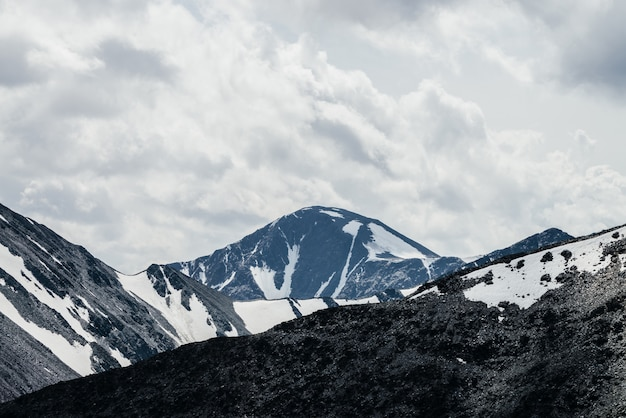 氷河のある雪に覆われた山