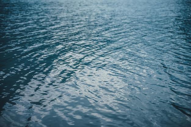 Синяя спокойная водная поверхность.
