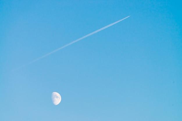 Луна и струя