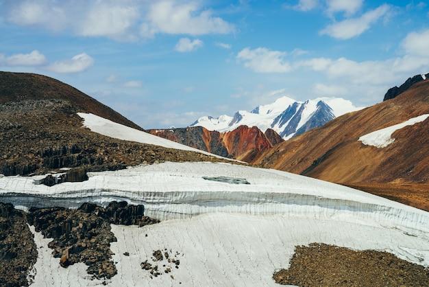 Небольшой ледник на каменистом холме.