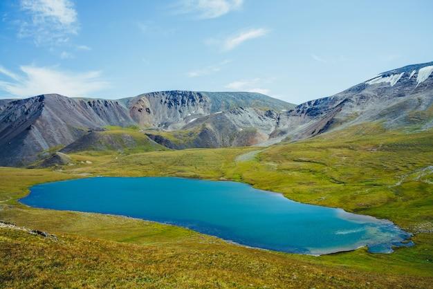 青い山の湖と岩。