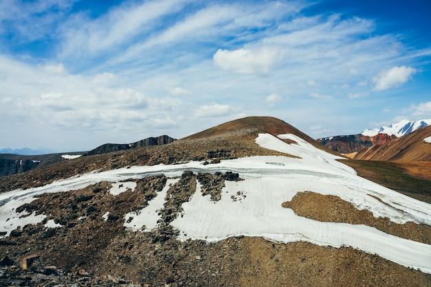 Небольшой ледник на каменистом холме