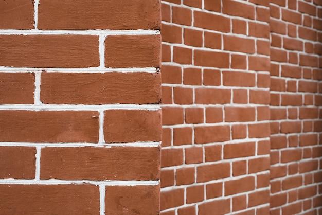 Стена из красного кирпича с белыми швами