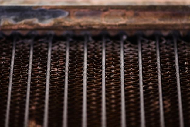 Старый, ржавый автомобильный кулер. ржавая, красная решетка текстуры. сетка.