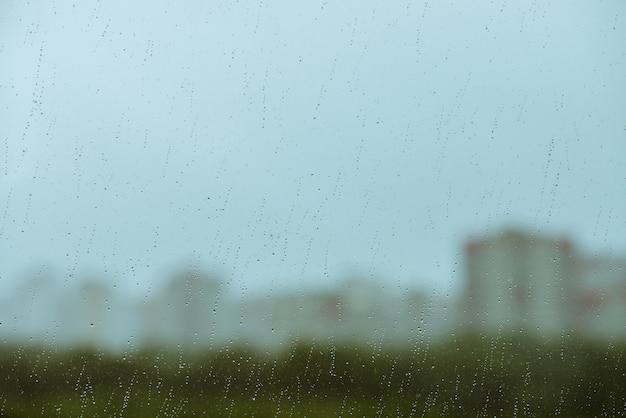 Грязное стекло с каплями дождя